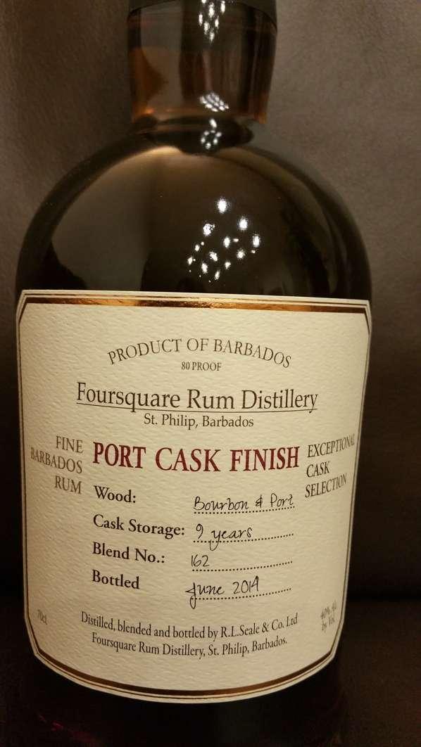 Nahansicht des Frontetiketts einer Foursquare Port Cask Finish Rum Flasche